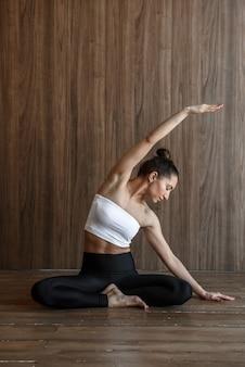 체육관에서 요가 연습하는 낚시를 좋아하는 여자