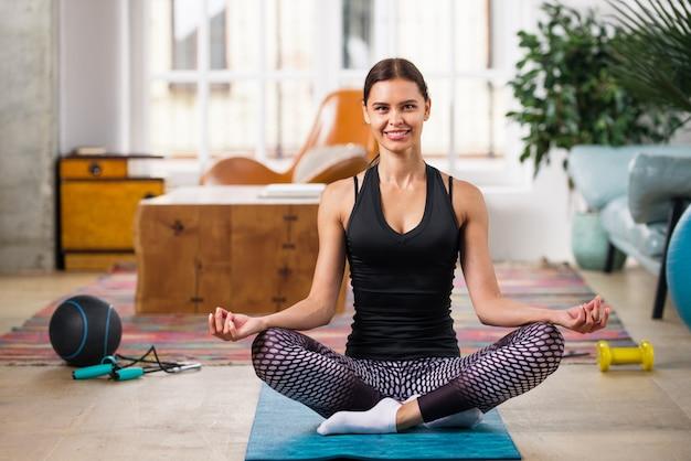 Спортивная женщина тренируется дома