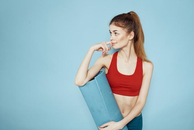 手にスポーティーな女性トレーニングマット