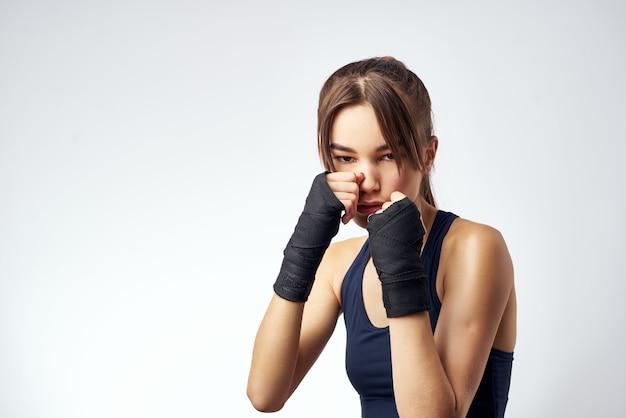 包帯の手ボクシング運動トレーニングとスポーティーな女性