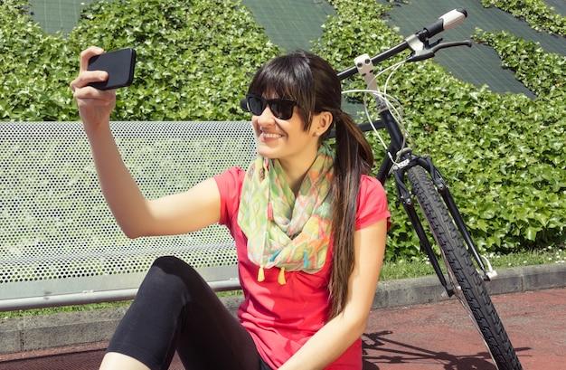 스마트폰을 찾고 고정 자전거와 낚시를 좋아하는 여자