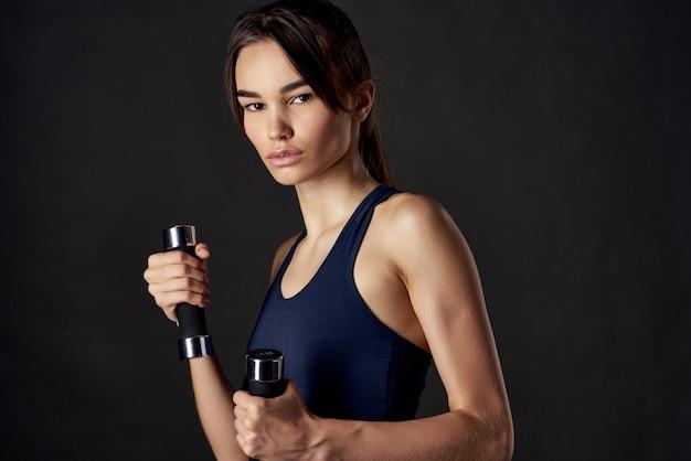 スポーツ女性のトレーニングエクササイズフィットネスライフスタイルボディービルダー