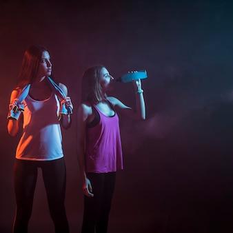 어둠 속에서 운동 후 낚시를 좋아하는 여자