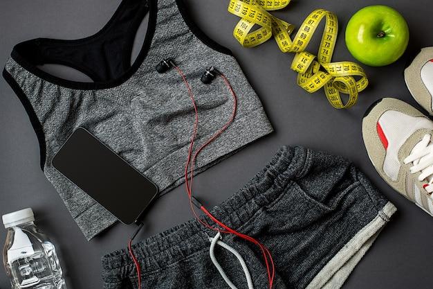 Спортивные аксессуары для фитнеса на темном полу концепция здорового образа жизни