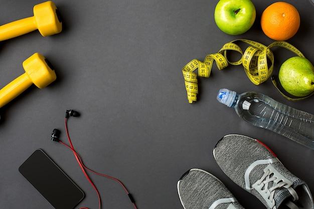 어두운 바닥의 건강한 라이프스타일 컨셉에 맞는 스포츠 액세서리