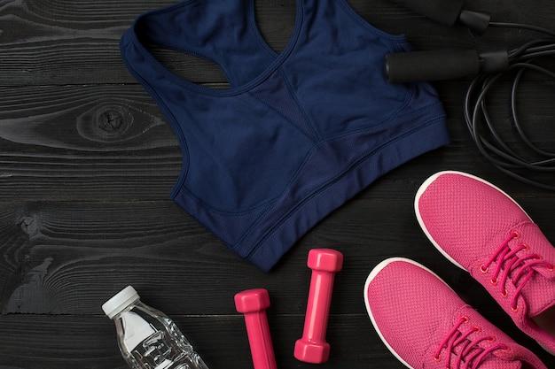 Спортивные аксессуары для фитнеса на деревянном полу концепция здорового образа жизни