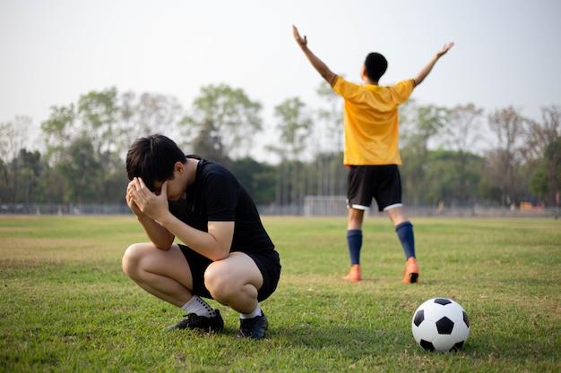 スポーツとレクリエーション2人のプレーヤーの勝利と敗北の瞬間