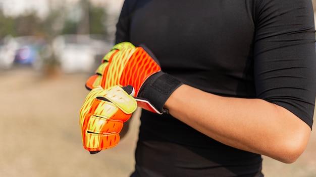 스포츠 및 레크리에이션 개념 남자 아마추어 선수는 공을 잡기 위해 리허설을 하는 골키퍼 위치로 연습합니다.