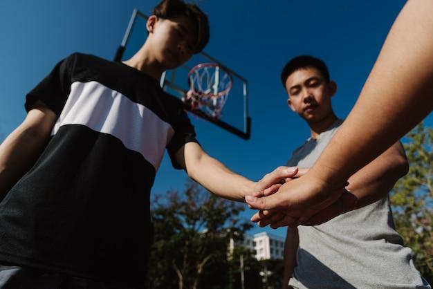 Концепция спорта и отдыха молодые подростки мужского пола, практикующие дриблинг в баскетбол на корте после школы.