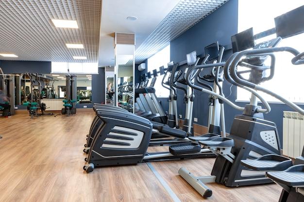 ジムでの有酸素運動トレーニングのためのスポーツ器具
