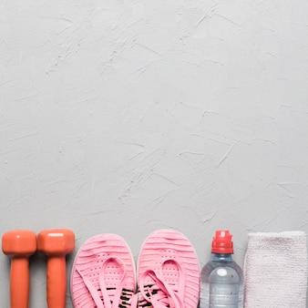Attributi sportivi su sfondo ruvido