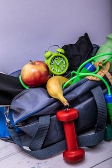 クリッピングパスを白で隔離されるスポーツ用品とスポーツバッグ
