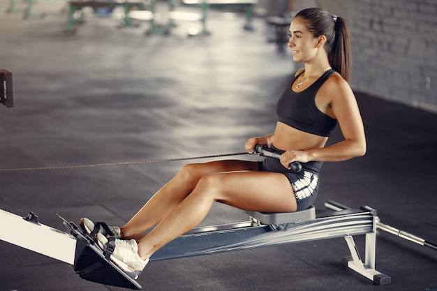 Спортивная брюнетка женщина в спортивной тренировки в тренажерном зале