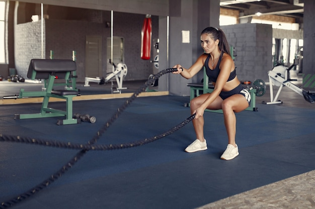 Mette in mostra la donna castana in un addestramento degli abiti sportivi in una palestra