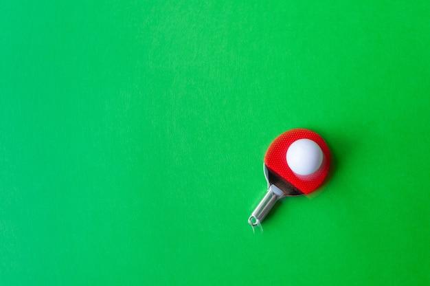 스포츠 구성입니다. 탁구 클로즈업입니다. 녹색 배경에 탁구 라켓입니다. 풍경을 복사합니다.