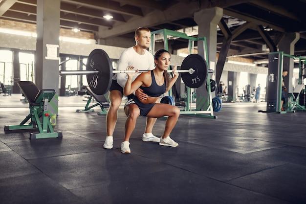 체육관에서 운동복 훈련에서 스포츠 커플