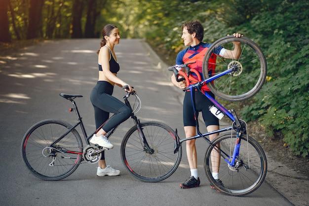 夏の森でバイクに乗ってスポーツカップル