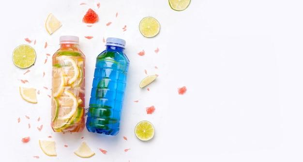Спортивные напитки в бутылках на белом фоне