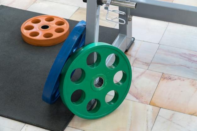 체육관에서 스포츠 장비와 바벨, 클로즈업
