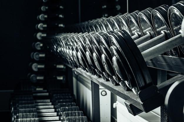 ジムのスポーツ用品。異なる重量のダンベルをクローズアップ