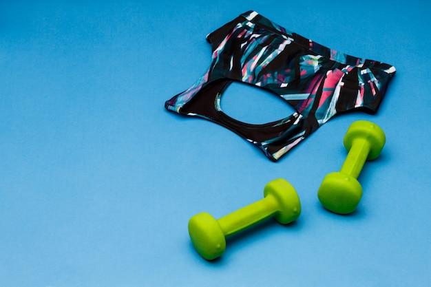 青い表面に分離されたスポーツ用品