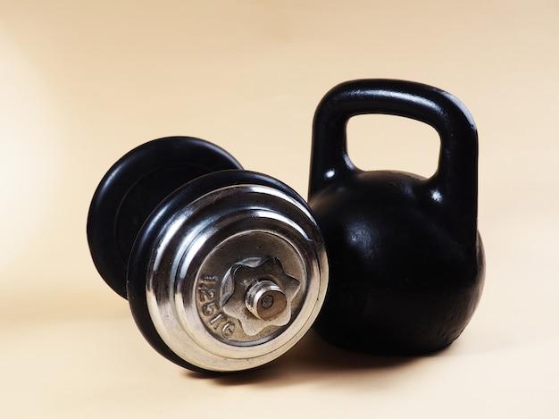 Спортивное оборудование. гиря для силовых тренировок, спортивный инвентарь, накрытие гантелей Premium Фотографии