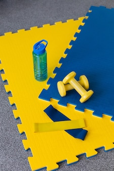 黄色と青のスポーツ用品