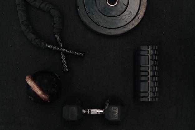 Инструмент для спортивных упражнений русский пресс, скакалки, гантели, на черном фоне