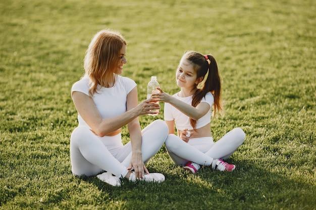 Спортивная семья в летнем парке