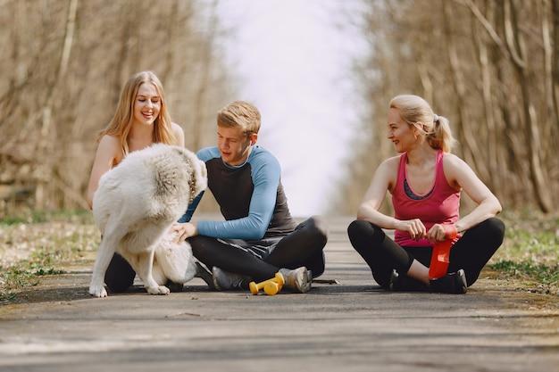 여름 숲에 앉아 스포츠 가족
