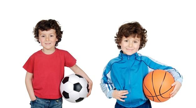 어린이를 위한 스포츠. 함께 포즈를 취하는 스포츠에 종사하는 즐거운 소년들과 소녀들의 그룹. 교육. 흰색 배경 위에 절연.