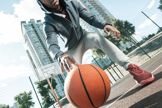스포츠 게임. 농구 경기 중 바닥에 떨어지는 농구 공
