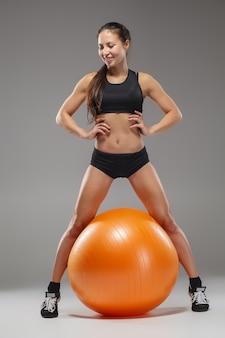 フィットボールの演習を行うスポーツ少女