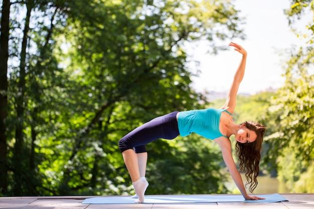 Спортивная девушка делает упражнения