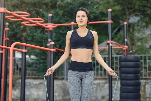 夏の公園で黒のトップトレーニングのスポーツ少女