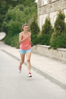 スポーツ少女。夏の街の女性。スポーツウェアの女性。