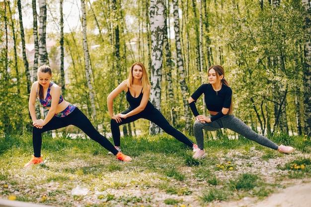 Спортивные девушки в парке