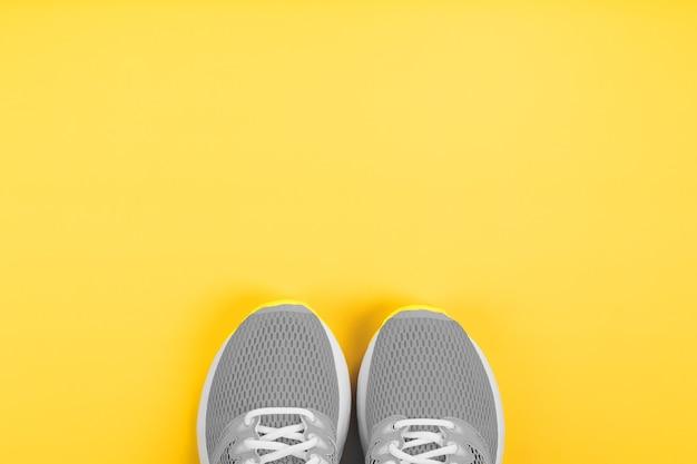 黄色のスポーツグレースニーカー