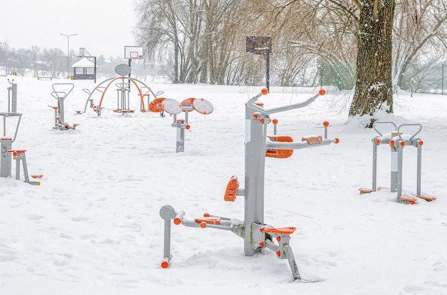 근력 운동 장비가 있는 운동장. 겨울 스포츠 시뮬레이터. 공원에서 강설량입니다.