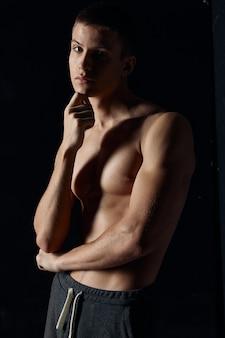 Спортивный парень топлес бицепс модель фитнес культурист черный фон Premium Фотографии