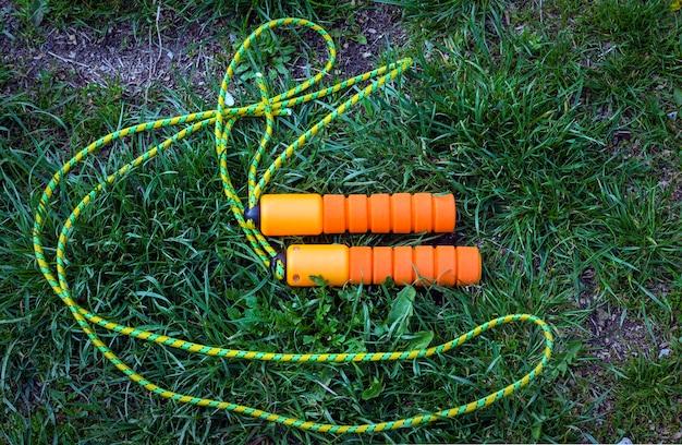 Спортивная скакалка лежит на траве