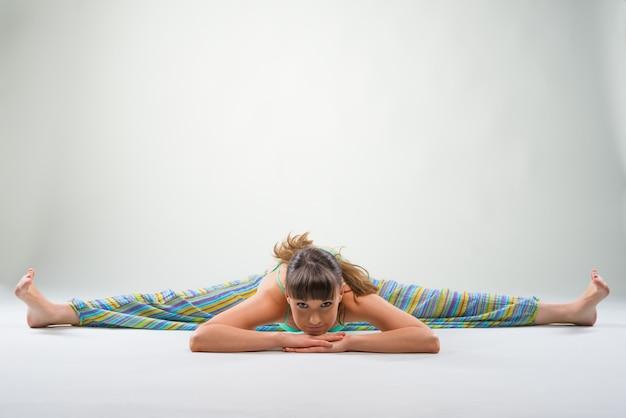 Спортивная дама делает упражнение на шпагат