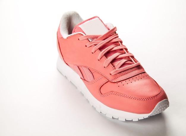 스포츠 가죽 스니커즈. 자유로운 스타일. 권위 있는. 패션. 핑크와