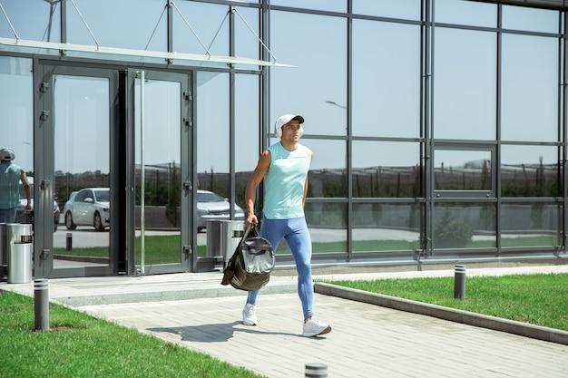 現代のガラス張りの建物に対するスポーツマン