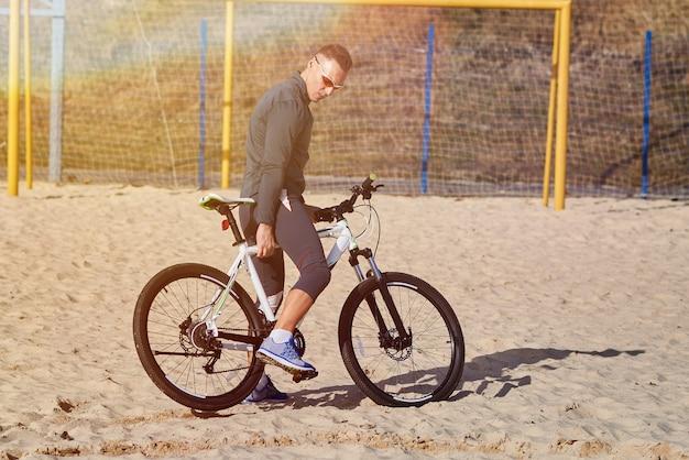 Спортивный человек на велосипеде