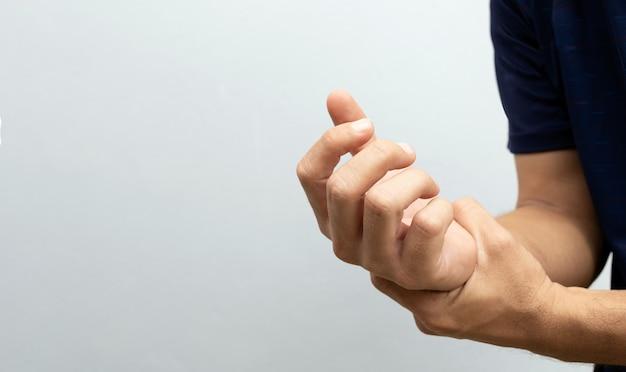 Спортивный человек с травмированной рукой на белом фоне