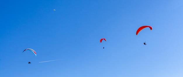 田園地帯のパラシュートでのスポーツパラグライダー