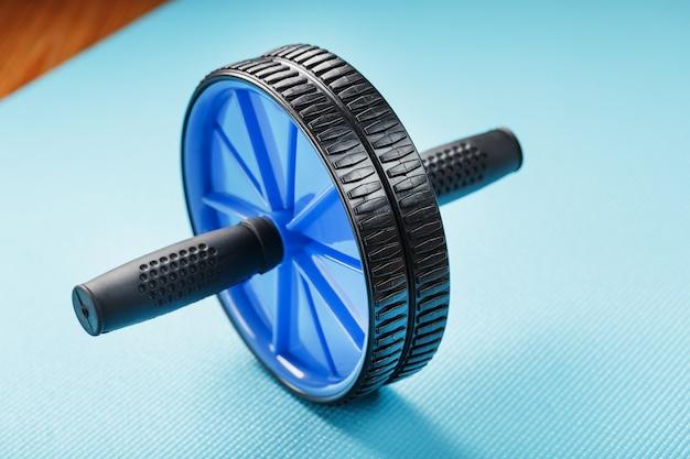 블루 매트에 근육과 복근 훈련을위한 스포츠 롤.