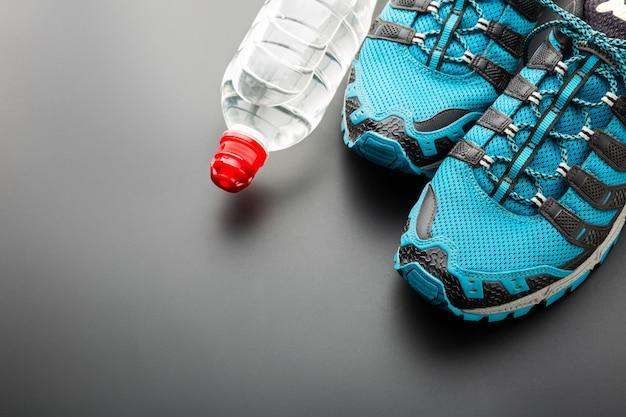 Спортивные бегуны и бутылка воды