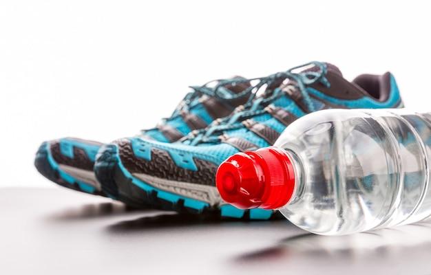 スポーツランナーとボトル入り飲料水